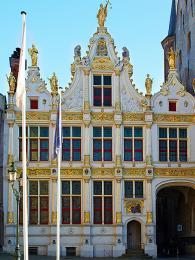 Ozdobou náměstí Burg je soudní palác (Oude Griffie) srenesančním průčelím