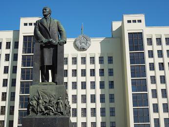 Budova běloruského parlamentu na Říjnovém náměstí vcentru Minsku