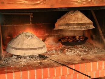 Maso pečené pod žhavými uhlíky