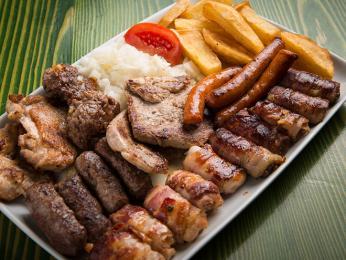 Mešano maso je velká porce různých druhů grilovaného masa