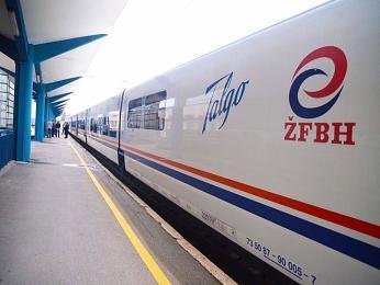 Moderní vlaková souprava železniční společnosti ŽFBH