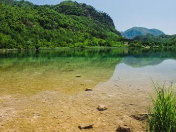 Přírodní horské jezero Boračko leží vpodhůří masivu Prenj