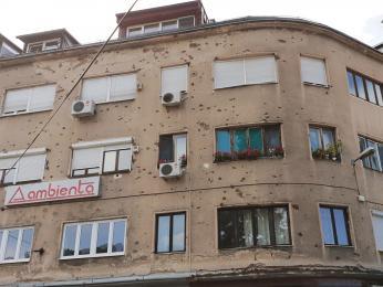 Stopy po kulkách v omítce sarajevských domů stále připomínají válečná léta