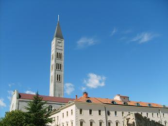 Věž katolického kostela v Mostaru