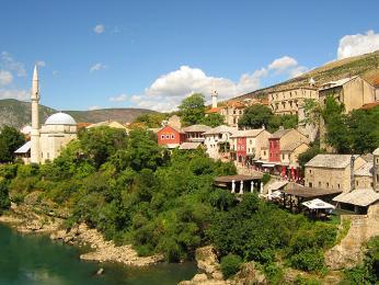 Mešita nad řekou Neretvou v Mostaru