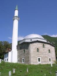 Jedna z mnoha mešit na svazích Travniku