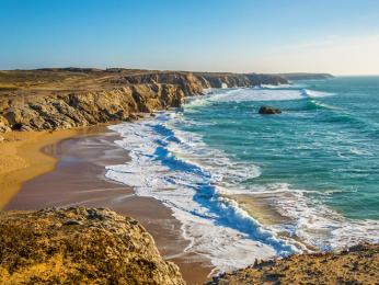 Písečné pláže arozeklané pobřeží poloostrova Quiberon