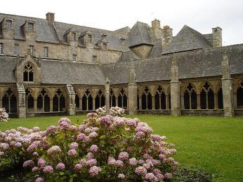 Ambit skvětinovou zahradou je součástí kláštera vměstě Tréguier