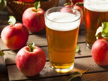 Kvašením jablečného moštu vznikne lehce alkoholický nápoj zvaný cidre