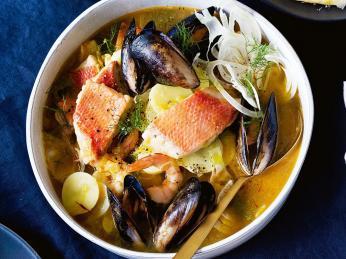 Kromě ryb obsahuje cotriade také brambory, pórek, cibuli ačesnek