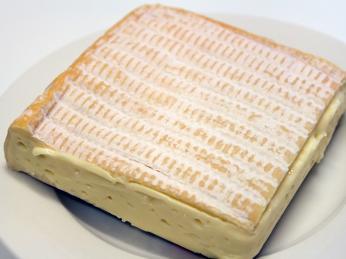 Sýr Pont l' Évêque údajně vyráběli cisterciáčtí mniši již ve 12.století