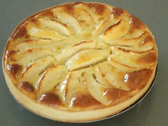 Jablečný koláč tarte normande tvoří linecké těsto, mandle avaječný pudink