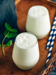 Slaný jogurtový nápoj ajran skvěle osvěží