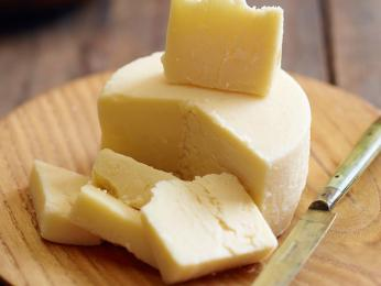 Tvrdý sýr kaškaval se vyrábí z ovčího ikravského mléka