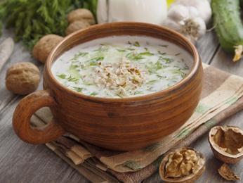 Studená polévka z okurek a jogurtu se nazývá tarator