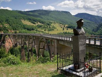 Pomník u mostu Đurđevića Tara