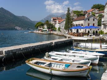 Loďky kotvící na břehu Kotorského zálivu ve městě Perast