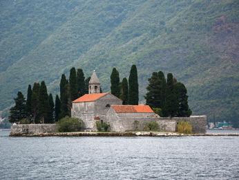 Ostrůvek Sveti Djordje sbenediktinským klášterem