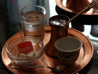 Na Balkáně se často setkáte se silnou ahodně slazenou tureckou kávou