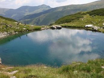 Při cestě z Pietrosulu jsme šli kolem nevídaně čistého horského jezírka