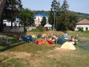 Útočištěm v Sighishoiře se nám stal útulný kemp, který si při větších skupinách, jako jsme byli i my, vypomáhá prostorově přilehlým fotbalovým hřištěm