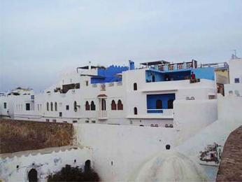 Dochované bílé hradby aopevnění města Asilah uatlantského pobřeží Maroka