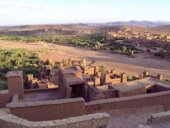 Pohled do okolní pouště z vrcholu ksaru Ait Benhaddou