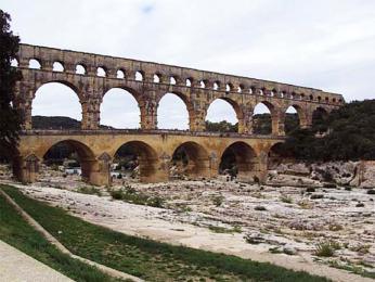 Pont du Gard, 49 m vysoký avnejdelším místě 275 m dlouhý akvadukt