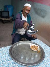 Tradiční rozlévání marockého čaje