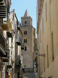 Ulička vedoucí ke katedrále Duomo di Cefalù z12. století