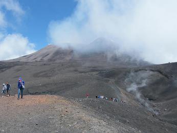 Etna - vedlejší kráter a hlavní v pozadí