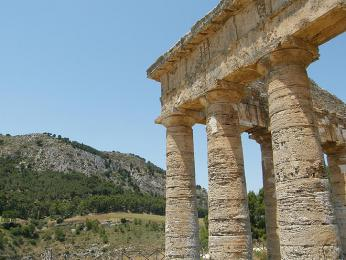 Krásný opuštěný řecký chrám vsegestkém údolí má své nesporné kouzlo