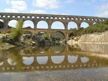 275 metrů dlouhý akvadukt Pont du Gard