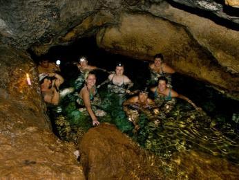 Koupání s čelovkou ve vápencové jeskyni Cueva del Água
