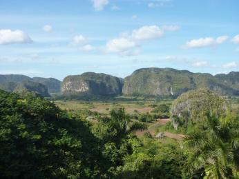 Pohled do údolí Viñales na obří vápencové hory, tzv. mogoty