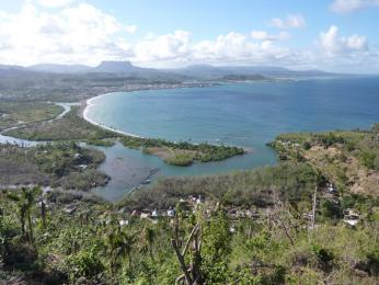 Výhled na Medovou zátoku, město Baracoa astolovou horu vpozadí