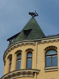 The Cat House - dům v Rize pojmenovaný podle koček na špičkách střechy