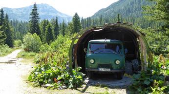 Jak se parkují místní dopravní prostředky ve vesnici Kirilova Poljana...