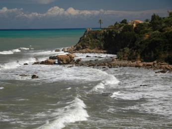 Pobřeží Tyrhénského moře na severu Sicílie uměsta Cefalù