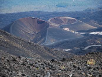 Sopka Etna ajejí dva krátery