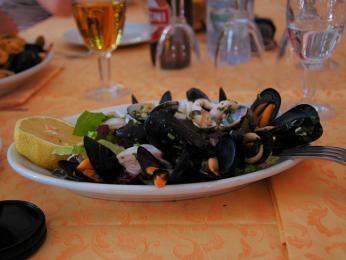 Oběd vSyrakusách = mušle ajiná mořská havěť na talíři