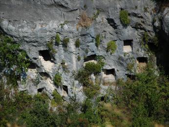 Více než pět tisíc hrobek vysekaných do skal vPantalice