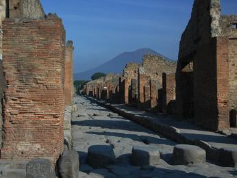 Ruiny města Pompeje, které na dlouhá století zmizelo pod nánosem popela