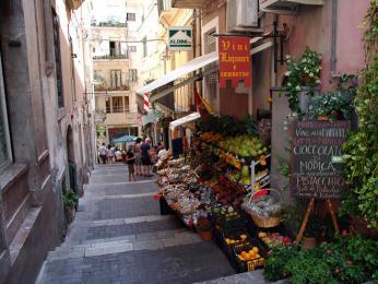 Uličky v Taormině jsou plné košíků sušených rajčat, svazků chilli papriček apytlíčků středomořského koření