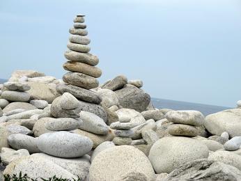 Pobřeží poseté kamennými mohylkami na poloostrově Ile Grande