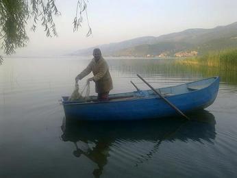 Ranní rybolov v Ohridském jezeře