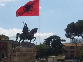 Klasický obrázek z Albánie – památník Skanderberga