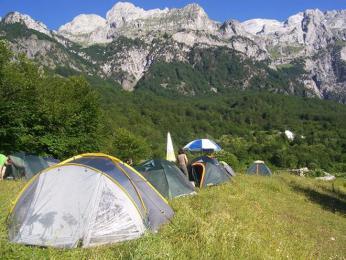 Národní park Thethi v Albánii – naše tábořiště pod skalním masivem