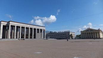 Říjnové náměstí s budovou Parlamentu. V neděli ráno tu není ani noha.