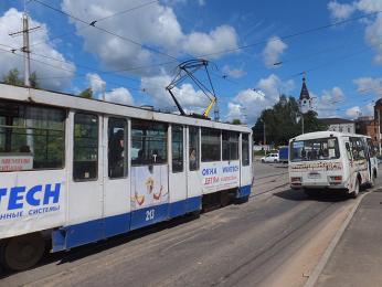 Stařičká ruská tramvaj s těžkými vraty jak od tanku